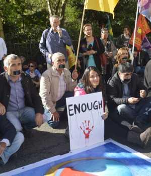 Türkiye'nin Londra Büyükelçiliği önünde 3 Ekim 2016'da toplanan 100'e yakın gösterici AKP hükümetini protesto ederek kapatılan bağımsız tv kanallarına destek verdi.