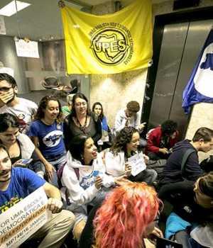 Brezilya'da bir grup öğrenci, başkanlık sarayını işgal etti...