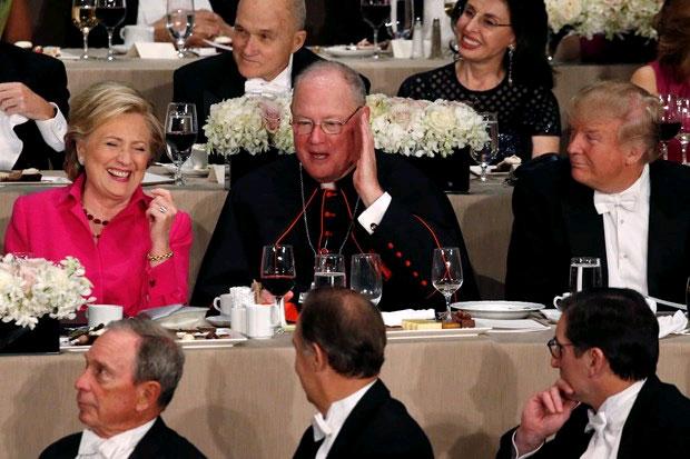 ABD başkan adayları Hillary Clinton ve Donald Trump, televizyon tartışmasından 24 saat sonra bu kez New York'taki yardım yemeğinde kozlarını paylaştı.