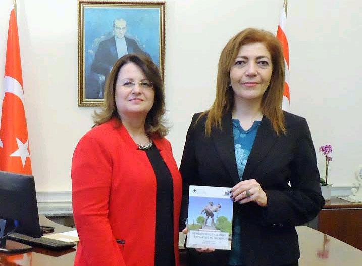 ÇAP Başkanı Servet Hassan Temsilci Başaran'a dergilerinin son sayısını sundu