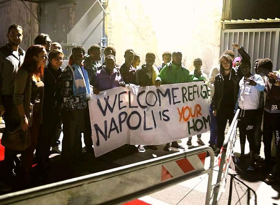 """Çocuklu 12 kadın sığınmacı Gorino'da protesto edildi, Napoli'de """"Hoşgeldin"""" denildi..."""