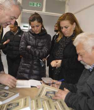 Yaşar İsmailoğlu, Haringey Belediye Başaknı Ali Özbek'e kitabını imzalarken