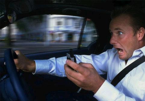 Cep telefonu kullanan sürücü